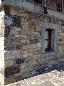 condensación en pared de piedra