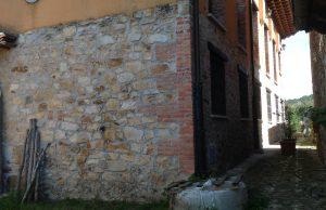 fachada de piedra con filtraciones